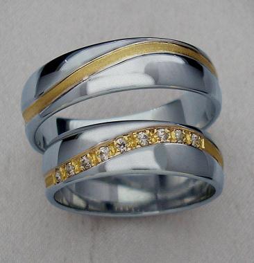 A takhle to bude... - naše snubní prstýnky,jen tam budu mít o 2 kamínky míň