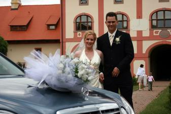 společně s budoucím manželem u auta