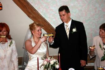 přípitek s manželem