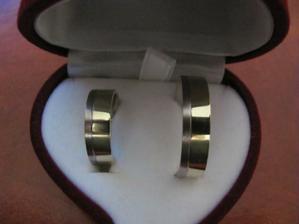 Naše prstýnky (líp to nešlo vyfotit) :-)
