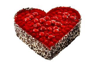 Dort ve tvaru srdce s nízkým lehkým čokoládovým piškotem nese lahodný pařížský krém, svrchní kabát je tvořen šťavnatými malinami v želé, zdobený dvojbarevnou čokorýží.