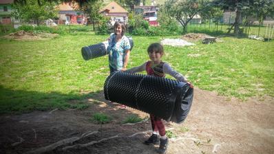 dievka pomáha nosiť materiál na stavbu