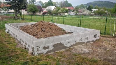 základy potiahnuté pol metra nad terén