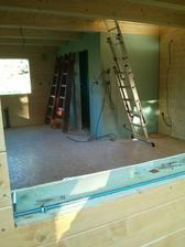 Pohľad z terasy do domu, podlaha aj steny zateplené, aj obložené
