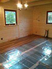 Kúrenie - elektrické fólie a už sa kladie aj podlaha