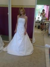 Zkouška šatů...první zkoušené...moooc dlouhé:-)