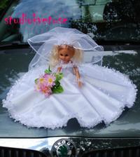 Na autí nevěsty:-)...jedině panenka:-)