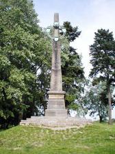 obelisk (ten už je opravený, ale aktuální foto nemám k dispozici)