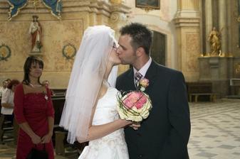 Jeden procítěný novomanželský polibek
