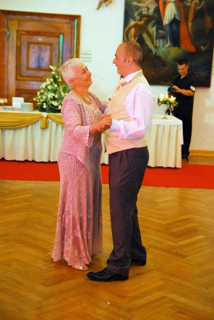 Emilia Timulakova{{_AND_}}Andy Simia - manzelov tanec s jeho mamkou