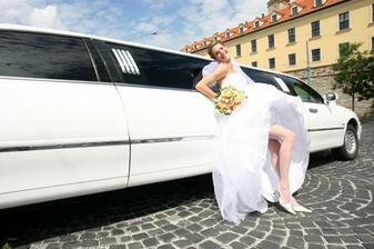 nevestička si ešte zapózovala pri limuzíne