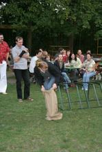 Další soutěž. Můj manžel byl statečnější a dokázal doskákat do cíle v mnohem kratší době než já. Stejně jsem do cíle nakonec došla