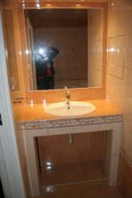 Koupelna byla zrekonstruovaná a tak jsme jen dodělali detaily, pod umyvadlem máme police a závěs
