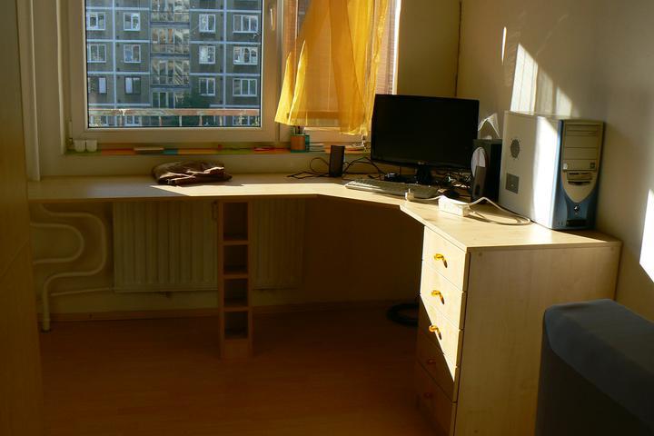 Náš byt (pokračovanie) - 08.10.2010 pribudol pracovný stol v spalni a police predelujuce spalnu od obývačky
