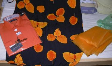 Takže kvetovaná sukňa, ktorú budem mať na sobáši... Ženíchová košeľa - na foto sa to čudne odráža, ale má najtmavšiu oranžovú z tých odtieňov na sukni... Látka na takú vec cez moje ramená - tá ma zas najsvetlejšiu oranžovú z tých odtieňov na sukni...