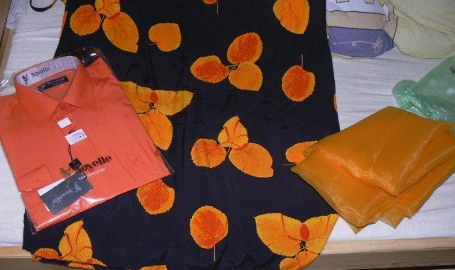 ♥ ORANGE ♥ - Takže kvetovaná sukňa, ktorú budem mať na sobáši... Ženíchová košeľa - na foto sa to čudne odráža, ale má najtmavšiu oranžovú z tých odtieňov na sukni... Látka na takú vec cez moje ramená - tá ma zas najsvetlejšiu oranžovú z tých odtieňov na sukni...