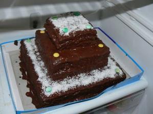Moja prvá torta, ktorú som upiekla a rovno na svoju svadbu :-) Otrasné foto - len v chladničke odfotené - torta mala vrchné a spodné poschodie kokosové a prostredné orechové (tj. cesto aj plnka kokosové, resp. orechové)