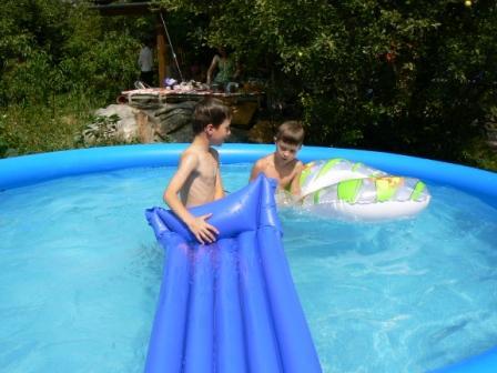 Júlia Lorenzová{{_AND_}}Karol Varga - Oslava začína - deťom sa bazén v týchto rekordných teplotách veľmi rátal ;-)