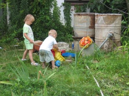 Júlia Lorenzová{{_AND_}}Karol Varga - Deti sa nenudili ani mimo bazéna - na výber boli asi štyri nakladiaky a hrabličky a neviem čo všetko :-) :-) :-)