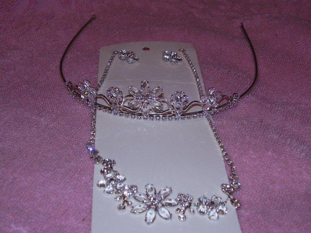 Sisulienocka - moja korunka a náhrdelník s naušničkami