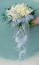 ... svatební kytka bych chtěla s tímto visícím zdobením :)