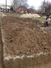 """.. korene zo stromov robili chlapcom """"radosť"""", ale zvládli základy vykopať za jeden deň :)))"""