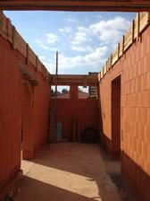 pohľad od vchodu .. presne oproti bude prvá kúpelňa so sprchou a wc ..