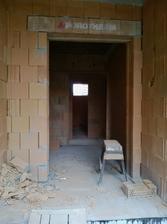 Chceli sme vstavanú skriňu aj na chodbu pri vchode a kedže bola moc úzka tak sme sa rozhodli o trošku zmenšiť vchodové dvere a tým sme zväčšili skriňu :)