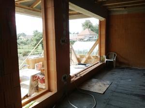 obývačka a pohľad na naše okná ..