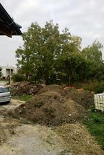 .. trochu zeme a kamienkov na úpravu okolia domu ..