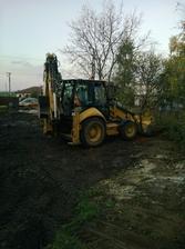 zarovnávanie a úprava okolia pozemku .. prvá časť, po dokončení domu príde na rad pekná zemina :)