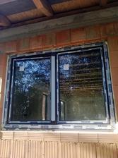 okno zvonku .. ešte sme nechali fóliu