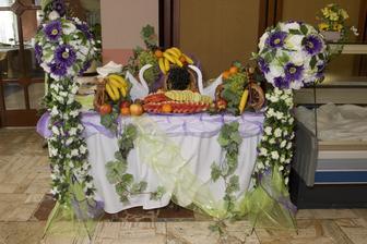 ovocný stôl.. dala by som si z neho niečo :)
