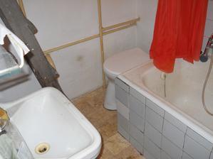 namiesto wc máme sprchový kút