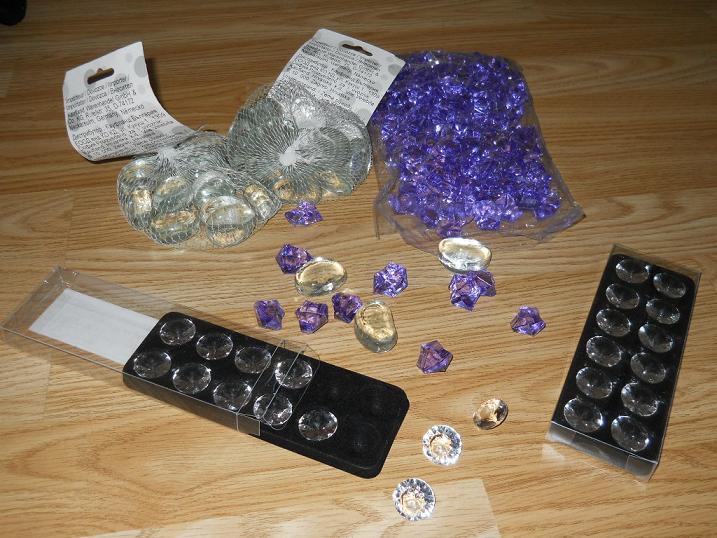 Čo už máme!? - dekoračné kamienky, kryštály a diamanty... budú sa krásne trblietať na stoloch :)