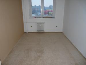 Položený koberec v ložnici po prvním nájezdu vysavačem - ještě chybí lišty okolo stěn.