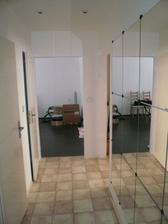 zrcadlova chodba - zatim s provizornima dverma na wc a koupelnu a nedodelanym vstupem do obyvaku