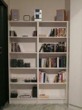 knihovna v loznici, puvodni. uz se naplnuje knizkama, cd a dvd