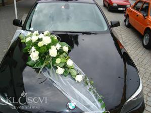 tak nakonec toto na auto v bílo fialové barvě - z umělých květin, ale vypadají jako živé (poté bude na prodej)
