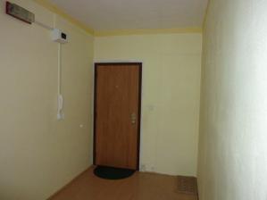 chodba 2,0 x 4,05 m a vchodové,bezpečnostné dvere