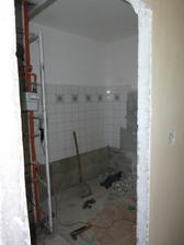 vybúraná stena v kúpeľni