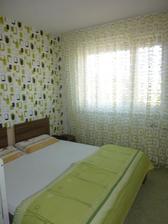 záclonka v spálni ladená k tapete....:)
