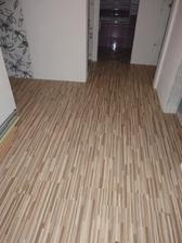 položená plávajúca podlaha na chodbe