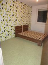 A zložená posteľ,položený koberec a už počkať len na objednané ortopedické matrace...:)