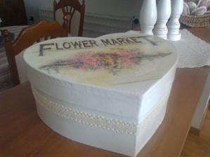 pokracujem v natierani: kartonova krabica natreta na bielo a farebny transfer