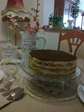 Tiramisu torta nachystana, cakame navstevu
