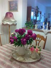moje najoblubenejsie kvety: pivonky a ruze spolu