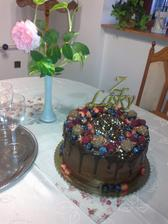 mm mal narodeniny a dcerka mu upiekla jeho najoblubenejsiu tortu, sama cokolada