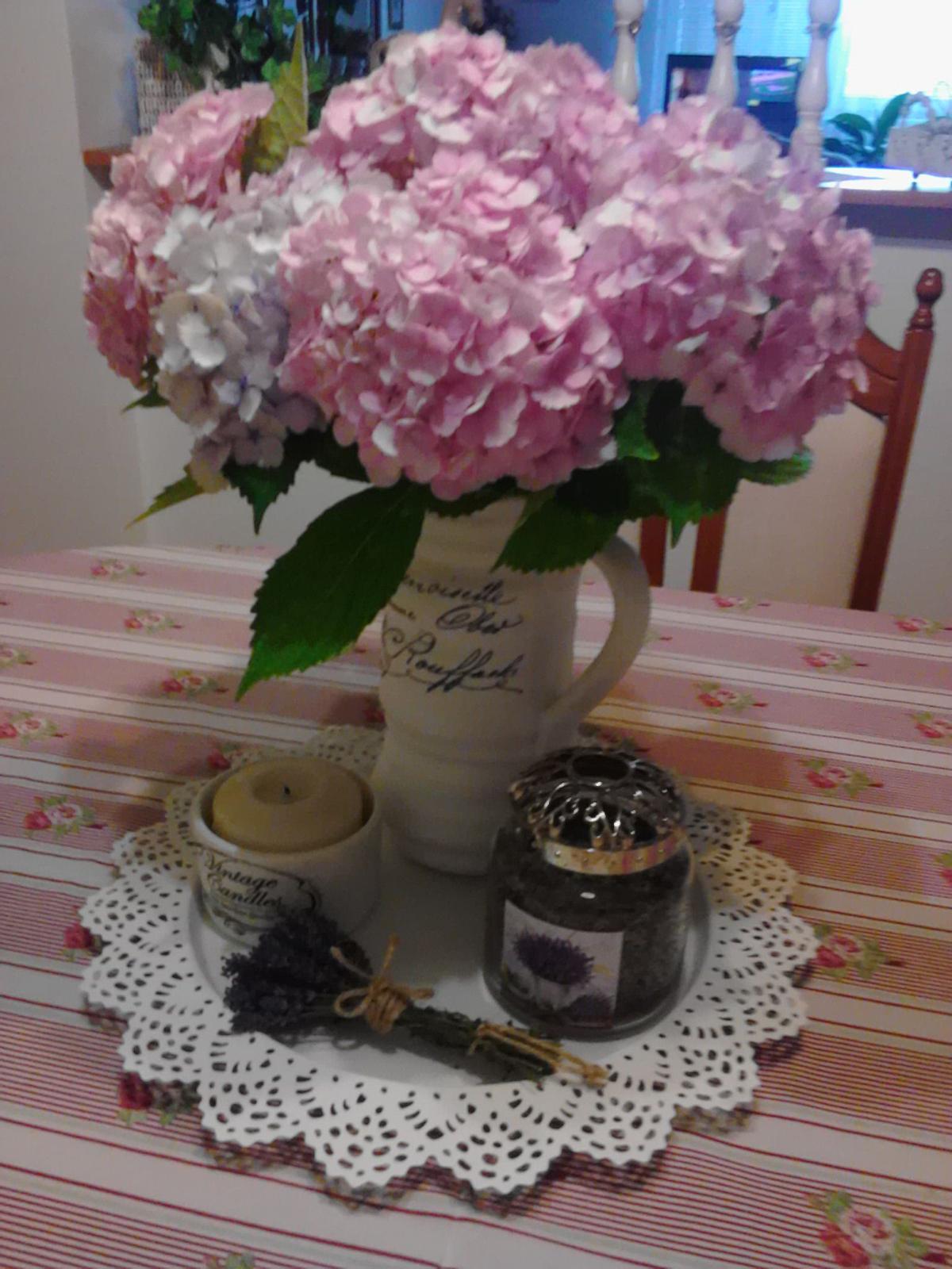Moje male radosti - Dnes som dostala tuto krasnu kyticu hortenzii, velmi sa im tesim