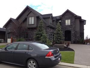Cierne domy su tu popularne. Trosku na styl Adams family:)